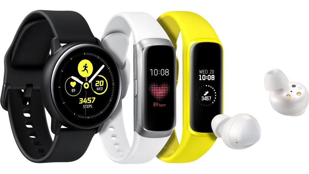 左至右Galaxy Watch Active黑、Galaxy Fit銀、 Galaxy Fit e黃、 Galaxy Buds 三星同步推出Galaxy Buds、Galaxy Watch Active、Galaxy Fit在內新款智慧穿戴裝置