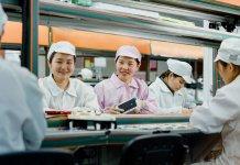 Apple SR Report 2019 women assembly iphone 03062019 big.jpg.large 2x 蘋果去年總計節省76億加侖水、減少46.6萬噸排碳量,更協助多名供應鏈雇員取得大專學歷