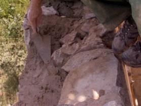 Aplicando mortero de tierra arcillosa con cal