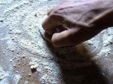 20 Estiro la masa con los dedos