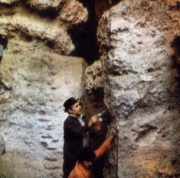 Mammadali_Huseynov_in_Azykh_cave