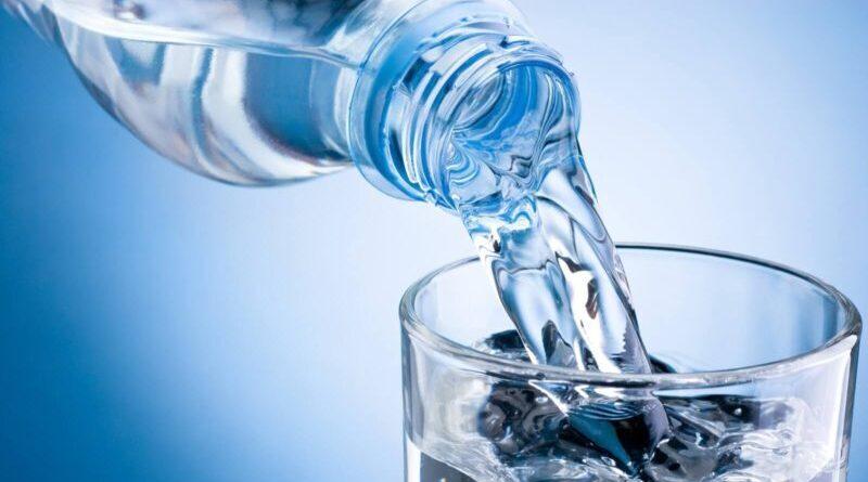 Agua con envases reutilizables en Argentina