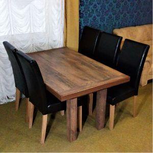 matbord i mörkbrun franskt rökt ek med svarta skinnstolar