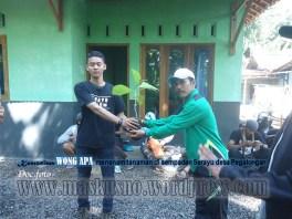 Penyerahan bibit tanaman pada acara Bina Lingkungan dan Konservasi Sempadan Sungai Serayu desa Pegalongan Patikraja Banyumas (6)