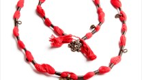 Wakami Amuleti: Energy Necklace WA0365, Fair Trade, halsband, medaljong, röd, tofs