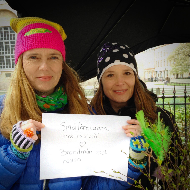 Annika och Sofia skickar lite kärlek till modiga brandmän i Malmö