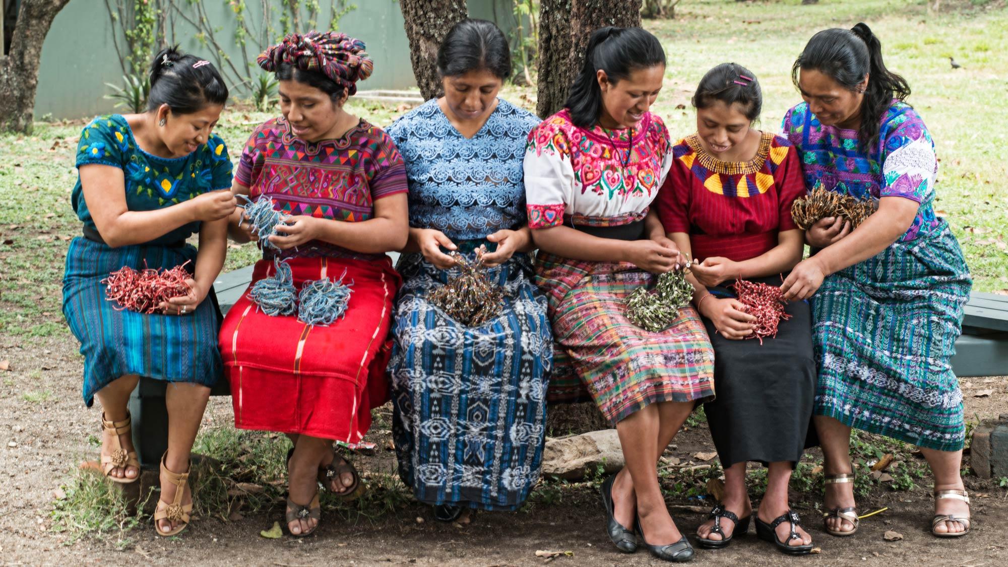 Sex Wakami-kvinnor tillverkar armband