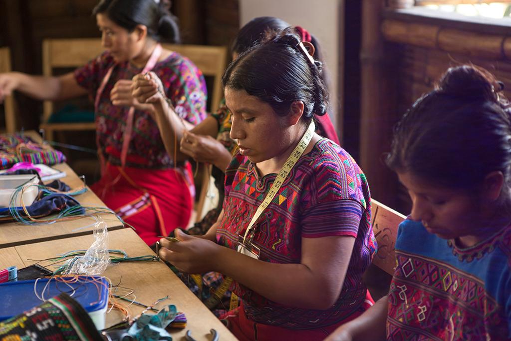 Kvinnor från Guatemala som tillverkar Wakami-smycken, fairtrade, maya