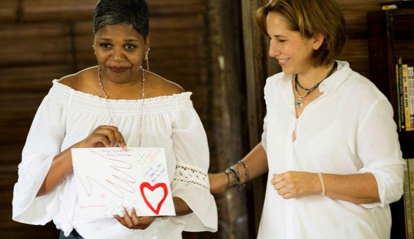 Wakamis grundare María Pacheco bredvid en kvinna som just formulerat sina drömmar.