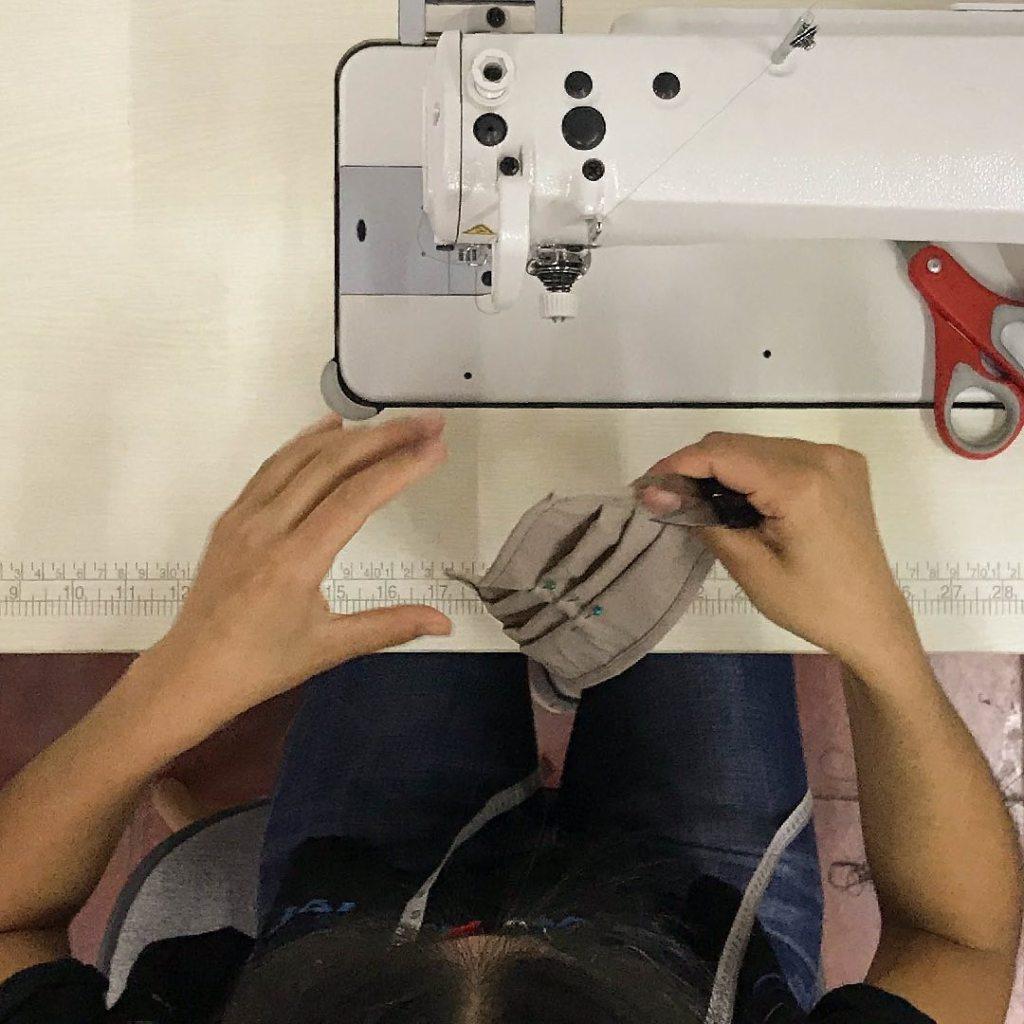 En kvinna som normalt tillverkar Wakami-smycken syr masker under pandemin.