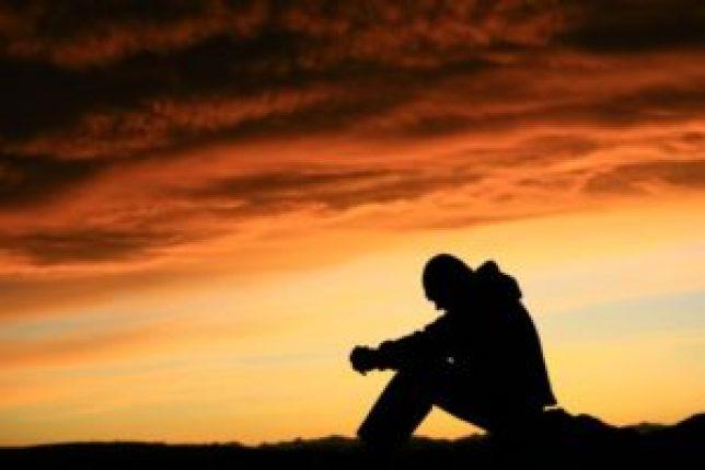 programme vidéo anti pervers narcissique risque dépression homme triste assis noir orange comment sortir des ténèbres
