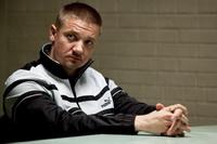 جرمی رنر در نمایی از فیلم شهر