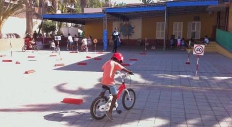 Los niños de la Escuela de Verano de Arguineguín aprenden seguridad vial