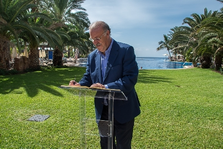 Vicente del Bosque firma en el libro de honor del hotel Lopesan Costa Meloneras