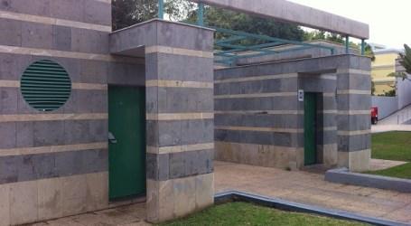 Los baños cerrados de Maspalomas obliga a indigentes a hacer sus necesidades en la puerta