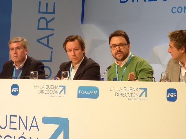 Asier Antona (de verde), junto a Carlos Floriano