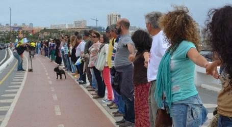 """Más de 5.000 personas se """"encadenan"""" en Gran Canaria contra el petróleo"""