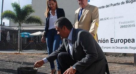 Bravo y González colocan la primera piedra de la Estación de Guaguas de Playa de Mogán