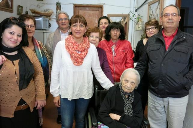 Aurorita Verde, con la alcaldesa y su familia
