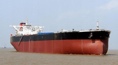 Un petrolero averiado con 94.000 toneladas de fuel viene a atracar en La Luz