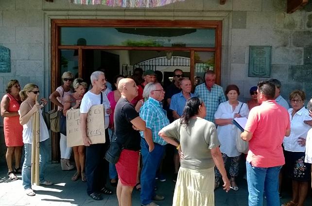 El concejal Paco Molina se dirige a las personas que se trasladaron a Tunte