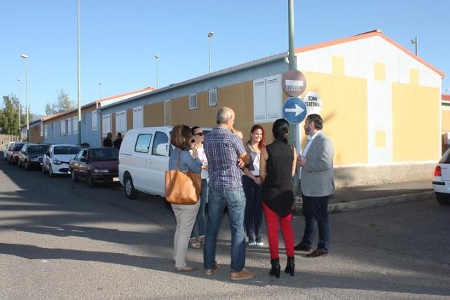 Gobierno y Ayuntamiento visitan las viviendas sociales de El Matorral