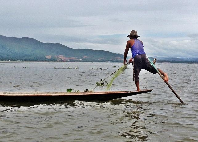 'El equilibrio de la pesca' foto premiada en el XXIV Certamen Fotográfico Bahía del Pajar