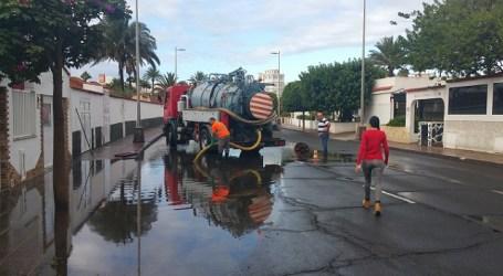 La lluvia en Maspalomas moviliza al operativo municipal de Vías y Obras