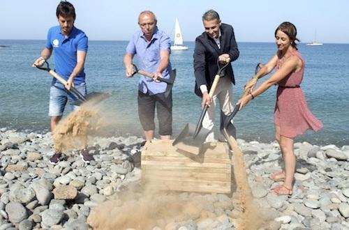 Primera palada de arena en la playa de Tauro