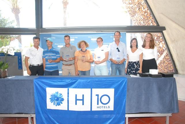 Los ganadores con representantes de la organización