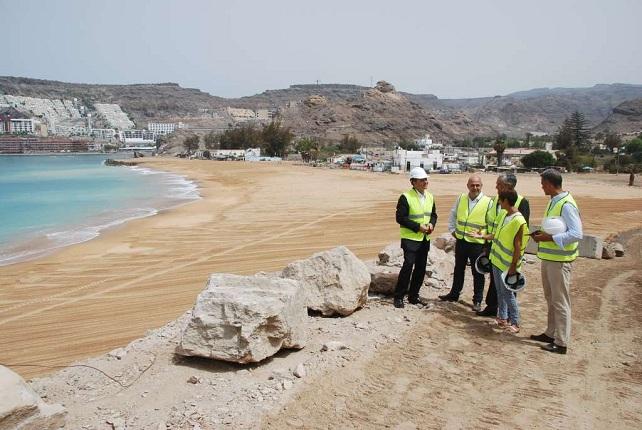 La alcaldesa de Mogán con representantes de la FEHT y del Grupo Anfi, en una visita a la playa artificial de Tauro