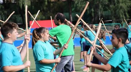 Escolares juegan al salto del pastor y el garrote con la Escuela de Deportes Tradicionales