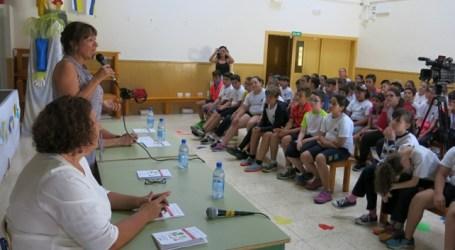 El CEIP El Cardón presenta a la alcaldesa cuentos solidarios escritos por su alumnado
