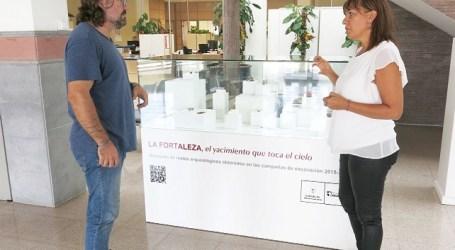 La entrada del Ayuntamiento acoge la exposición 'La Fortaleza, el yacimiento que toca el cielo'