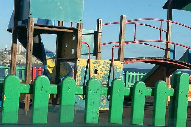 Parque infantil deteriorado