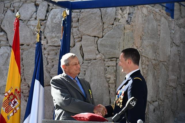El coronel Xavier Toutain impone la Medalla Militar a Michel Dadone