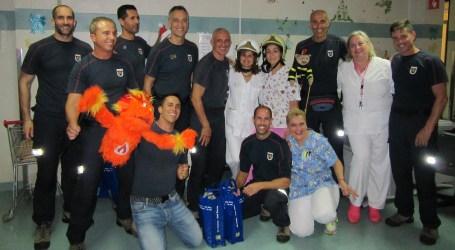 Bomberos de San Bartolomé de Tirajana visitaron a los niños hospitalizados en el Materno Infantil