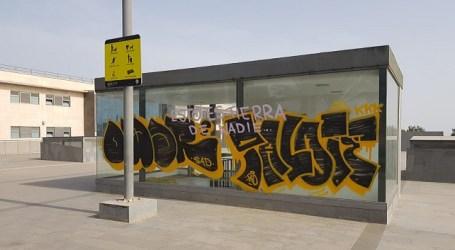 El Ayuntamiento pedirá en los juzgados a los autores de un grafiti en una cristalera municipal que paguen los daños