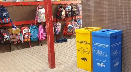 Los centros educativos de Santa Lucía ya disponen de papeleras para promover el reciclaje y la sostenibilidad