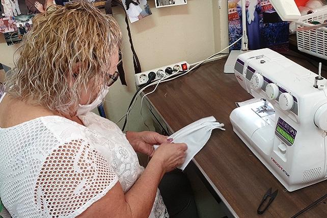 """El alcalde promueve un grupo de costureras solidarias que fabrican mascarillas para el personal que está luchando contra el coronavirus Rodríguez: """"Desde el Kilo de San Rafael nos respondieron a la primera llamada y nos están donando la tela necesaria, y estoy seguro que se van a sumar otras empresas más"""""""
