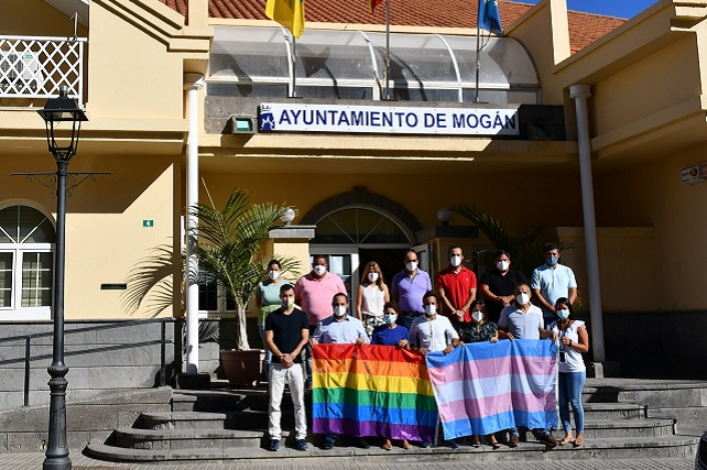 El Ayuntamiento de Mogán luce la bandera arcoíris y trans con motivo del Orgullo LGTBI La alcaldesa de Mogán, Onalia Bueno, los concejales del grupo de Gobierno local, y los del PP y PSOE se han congregado en la entrada del edificio municipal