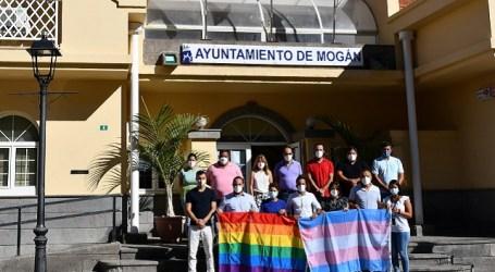 El Ayuntamiento de Mogán luce la bandera arcoíris y trans con motivo del Orgullo LGTBI