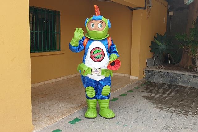 El alumnado de Primaria de Santa Lucía se une al equipo del señor Anti-Covid para luchar contra la pandemia  Los chiquillos recibieron la visita en la cancha, sentados y con las mascarillas puestas