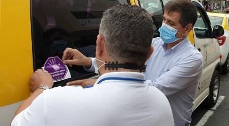 El Ayuntamiento de Santa Lucía y los taxistas realizan una campaña de prevención de la violencia machista