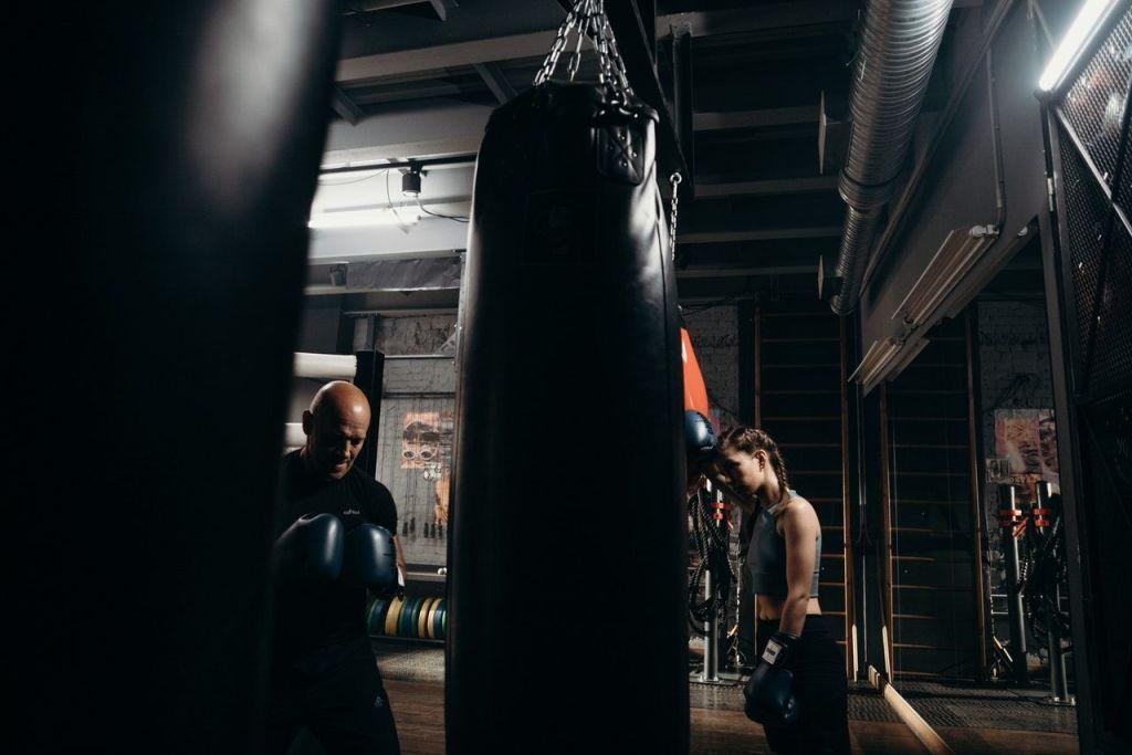 chica con sacos de boxeo