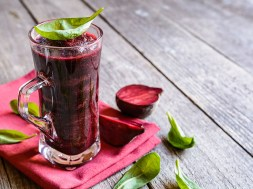 Smoothie with beetroot, spinach and lemon