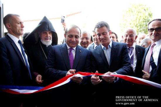 Prime Ministers Hovik Abrahamian and Manuel Valls cutting the ribbon