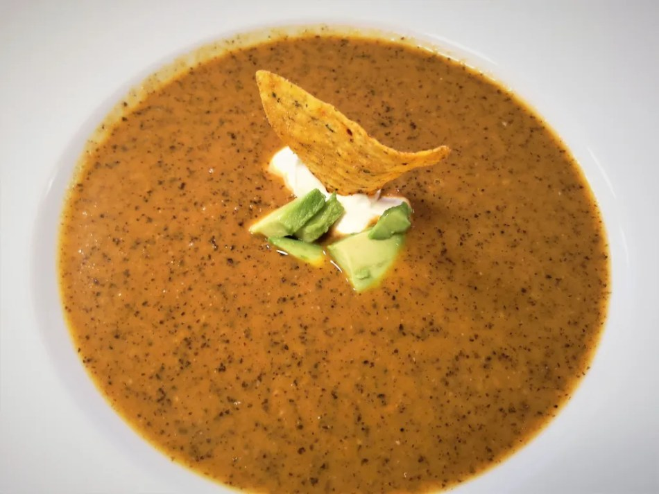 Tomaten-Schwarze Bohnensuppe mit Garnierung