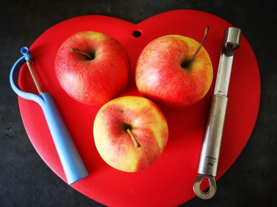 Die Hauptzutat besteht aus saftigen Äpfeln.