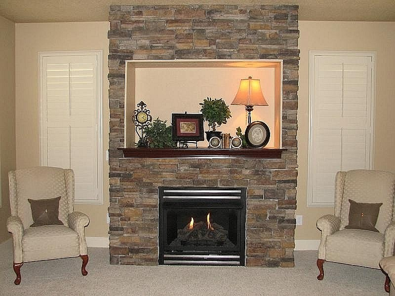 Palamuti ng fireplace wooden shelf.